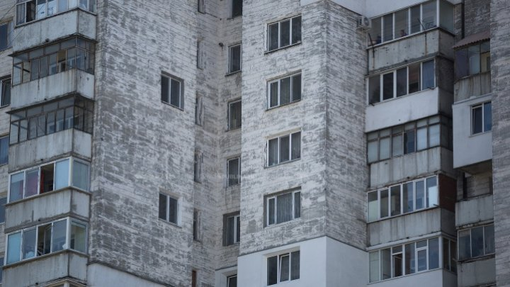 Young Moldovan threatened to fall herself in nude from 30 meters height
