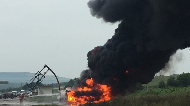 Terrifying on Chisinau - Balti road. Tanker full of 30 tons of gasoline set on fire. Firefighters deployed immediately