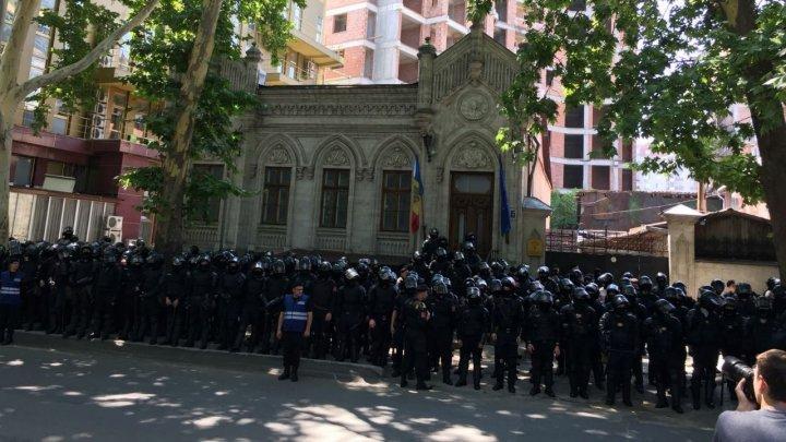 Hundreds men shielding Andrei Năstase's headquarter