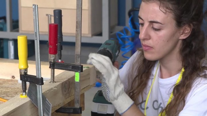 20 foreign students learn how to process the wood at university from Moldova
