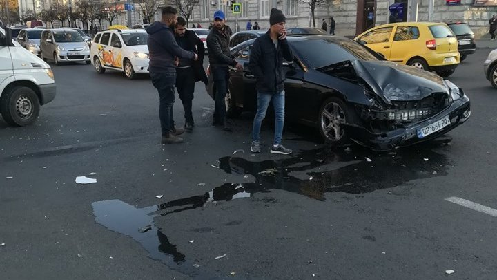 Car crash at intersection between Stefan cel Mare boulevard and Puskin street