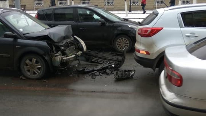 Car crash at intersection between Stefan cel Mare boulevard and Vasile Alecsandri street (PHOTO)