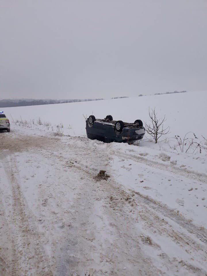 Accident on Rabnita-Balti highway. Driver lost control of the car and it overturned (PHOTO)