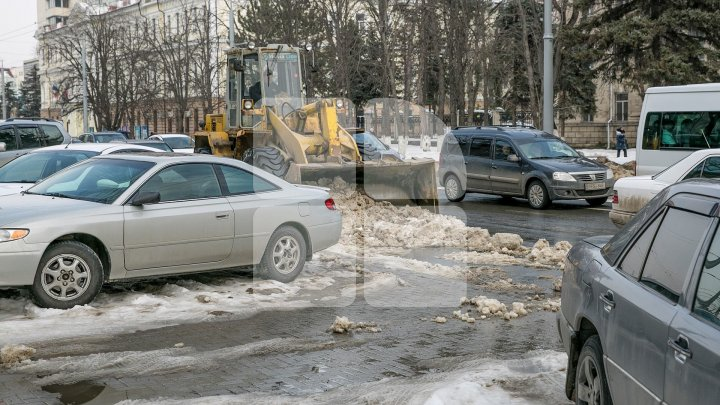 BLOCKED ACCESS! Drivers who parked their cars illegally tangle road workers