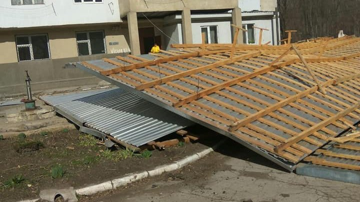 Balti affected by gale: Strong wind snatched roof of a five-storey block of flats and damaged trolleybus lines