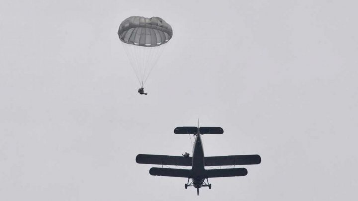 Watch inspiring video when Military troops of National Army performed parachute jumps (video)