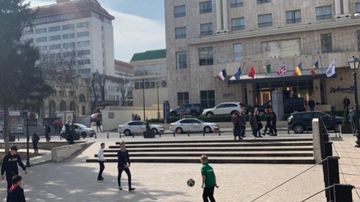 SHOW on the streets from Chisinau. French team supporters played their own match in the city center