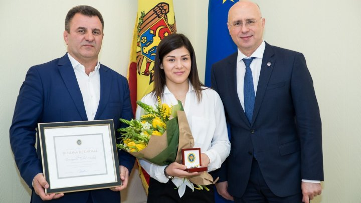 Anastasia Nichita receive papers for her apartment awarded by Moldovan government
