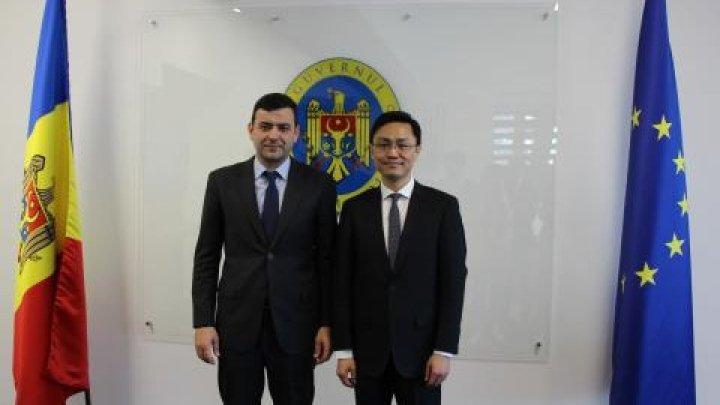 China - Moldova cooperation upon national road building. Bank of China representative talk with Minister Chiril Gaburici