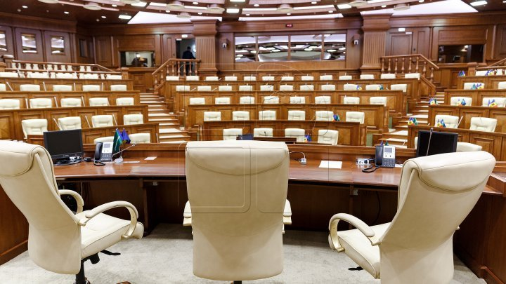 What subjects will politicians table in the extraordinary session?
