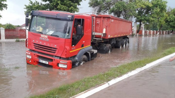 Torrential rain in Cahul. Truck, bus washed away by water (photo/video)