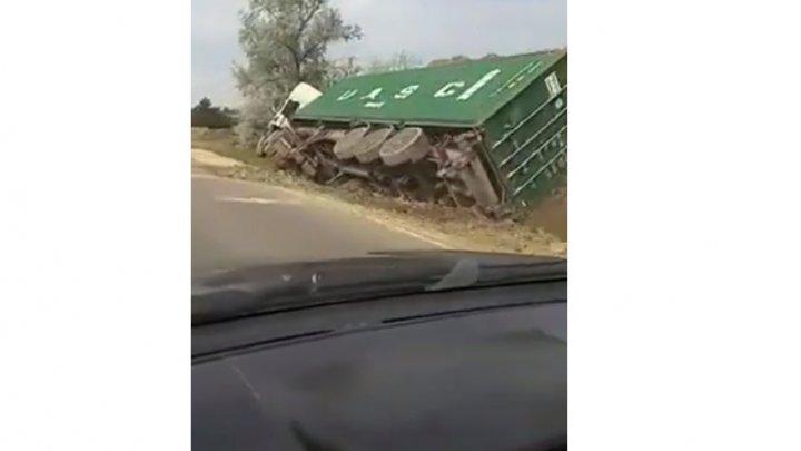 Truck overturned on Ungheni-Chisinau highway (VIDEO)