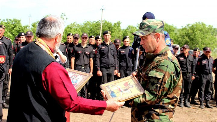 Rescuers, soldiers and governmental workers from the protection dam strengthening operation near the river Nistru localities got awarded (PHOTOS)