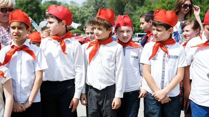 Pioneer's day celebrated in Chisinau. Only four children became pioneers this year