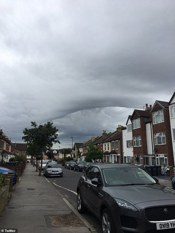 Londoners frightened by the strange sky formation looking like a BLACK HOLE (PHOTOS)