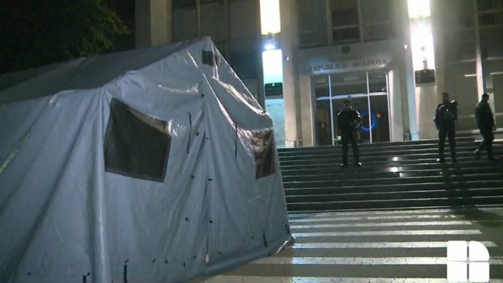 Hundreds Moldovans defended the second night the state buildings from those wanting to seize them illegally