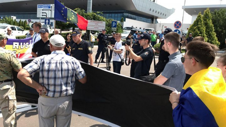Rally at the Airport, where landed the airplane which was carrying the Russian vice-PM, Dmitri Kozak. The demonstrators shouted 'Get out, Russian army!'