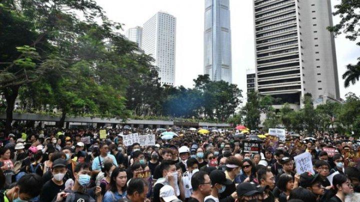 Hong Kong protesters block major roads and defy a police ban