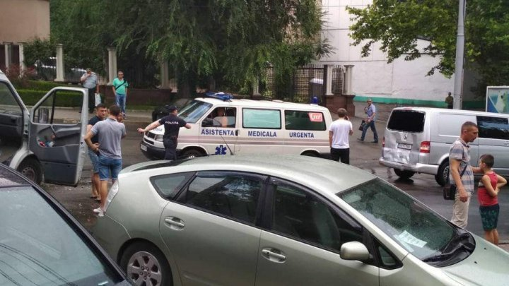 Minibus collided violently a car in Rîşcani sector of Chisinau