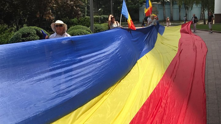 Parliament protest: Unionists demand Romanian language as state language