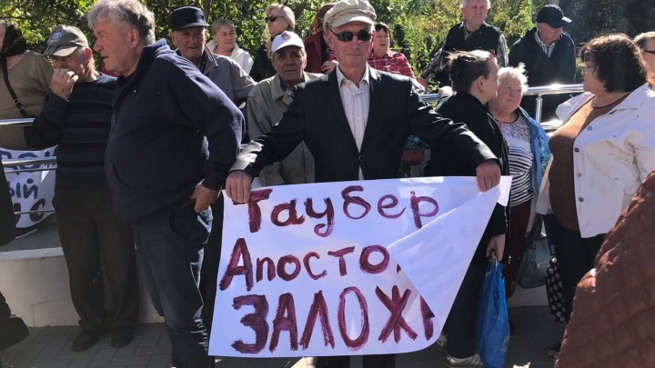People rally outside Chisinau court to request Marina Tauber release