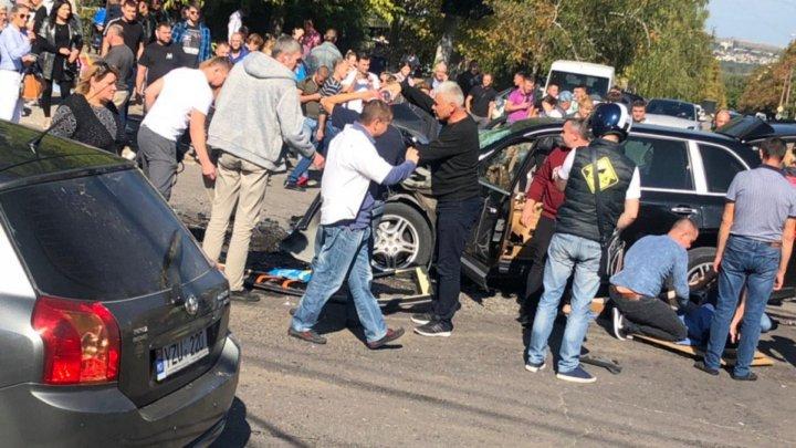 Trolleybus jumps sidewalk after road crash in Chisinau