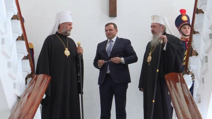 Minister Nastase fights crime through prayers. He installed a crucifix in Ministry