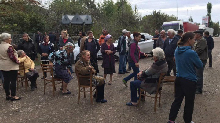 Protest with chairs: Grigorauca and Soroca villagers blocked the road connecting Soroca with Otaci (VIDEO)