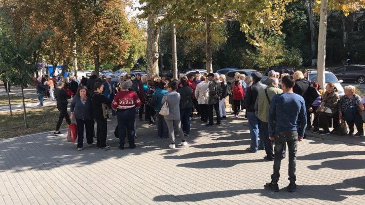Maximum mobilization at the Chisinau Court of Appeal. Supporters of SOR MPs Marina Tauber and Reghina Apostolova demand their release