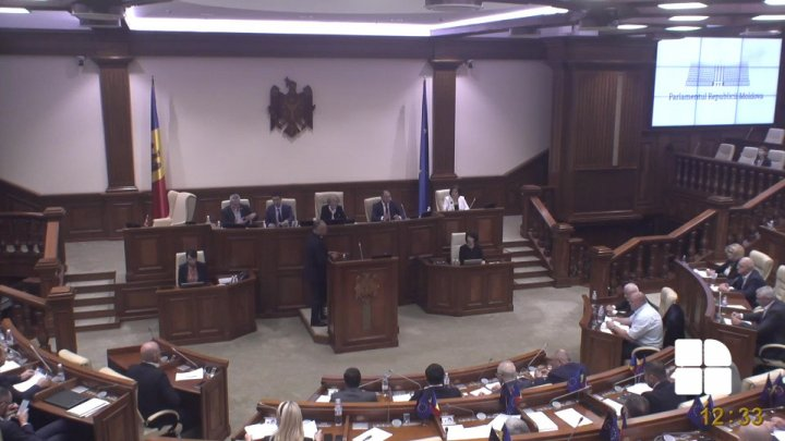 The moment when three MPs left the Parlaiment's plenary when Igor Dodon came to the rostrum