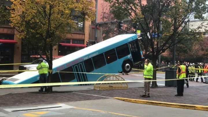 Big sinkhole swallows bus in US Pittsburgh Pennsylvania (video)