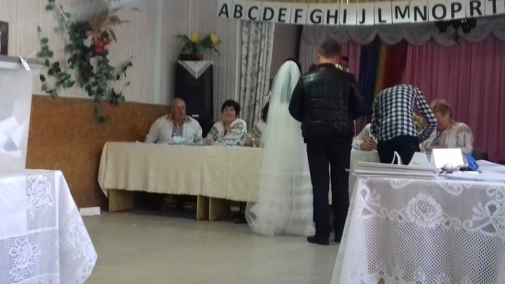 Newly married couple amazes voters while casting their ballots in wedding costumes (photo)