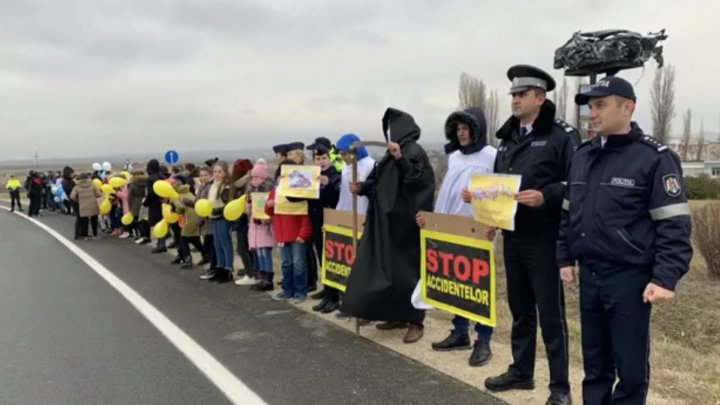 STOP ACCIDENT! Nearly hundred of Orhei students carry out road safety flash-mod