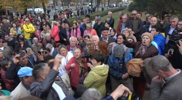 Dozens protesting in Parliament to support Sandu Government: We want independent prosecutor