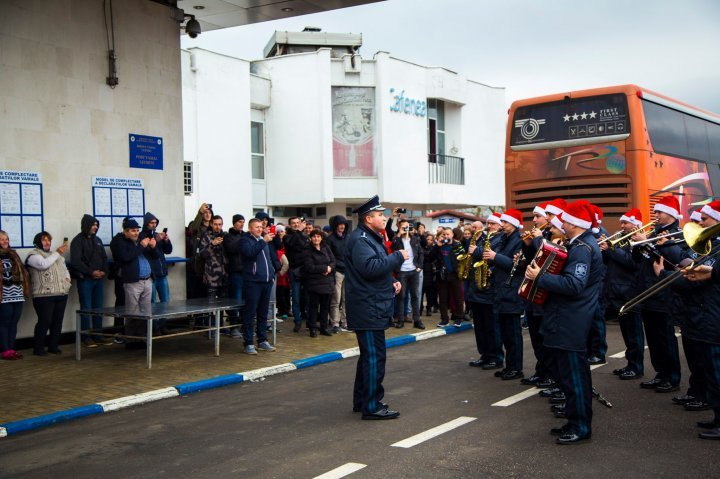 Joyful songs and smiles at entrance to Moldova for the festive season