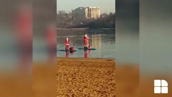 How do Santa Clauses travel in Moldova? (video)