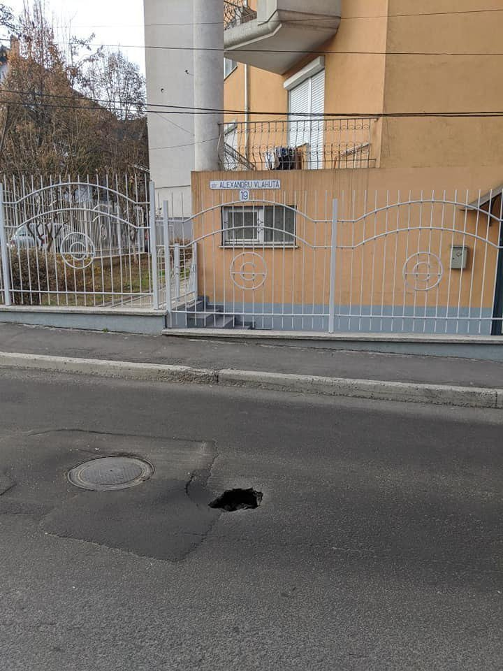 Watch out! Dangerous hole on Chisinau streets