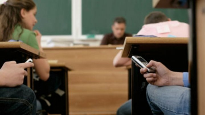 Schools say no to cellphones in class starting September 1, PM proposes