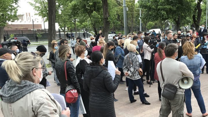 Protesters in front of Parliament demanding recovery measures
