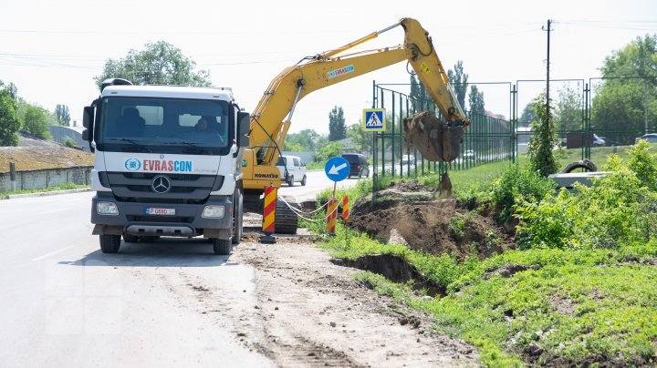 Sunday's torrential rain destroyed a section of road under repair on Chisinau-Ungheni highway (photos)