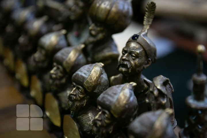 Sculptor Pavel Obreja created an exclusive chess set with figurines representing historical personalities