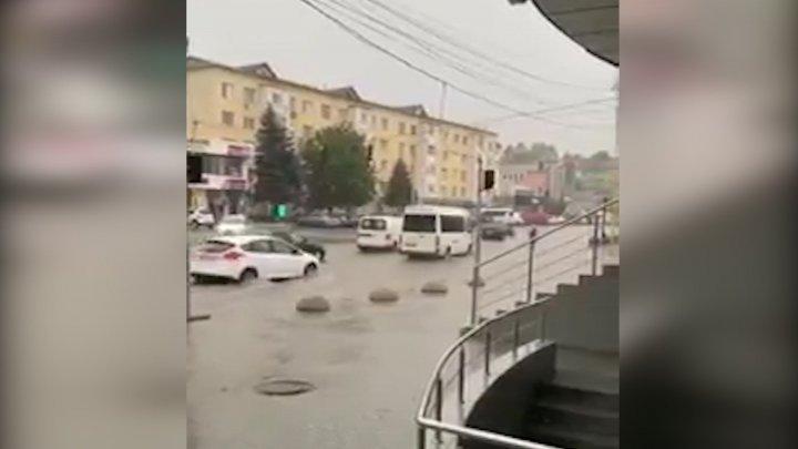 Rain wreaking havoc in Moldova, flooding busy street and causing heavy traffic (VIDEO)