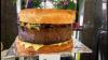 Doi bucătari de la o cafenea mică din Sydney au preparat un hamburger de 90 de kilograme