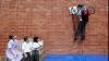 Un puşti din Marea Britanie a inventat un mecanism de căţărare pe ziduri