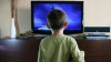 Bărbaţii petrec 11 ani la televizor