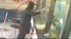 Un chinez a jefuit o bancă înarmat cu un ciocan VEZI VIDEO