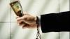Promitea să-l convingă pe procuror în schimbul a 8 000 de euro