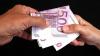 Cerea 10.000 de euro ca să nu-i facă probleme