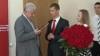 """Pentru Voronin de ziua sa: Cartea """"Lideri care au schimbat lumea"""", zeci de trandafiri roşii şi urări de sănătate"""