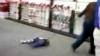 Viaţă de câine pentru un copil din SUA! Legat cu o lesă şi târât de mama sa la magazin FOTO